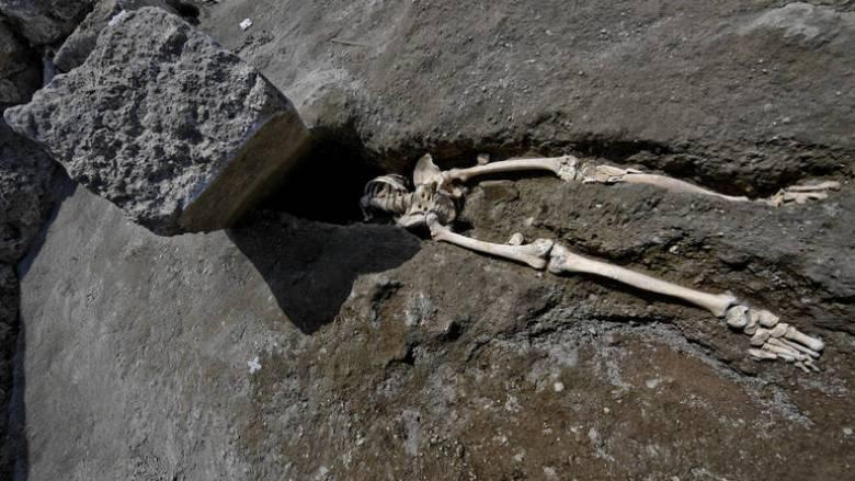 Ο άτυχος κάτοικος της Πομπηίας δεν καταπλακώθηκε από τον βράχο