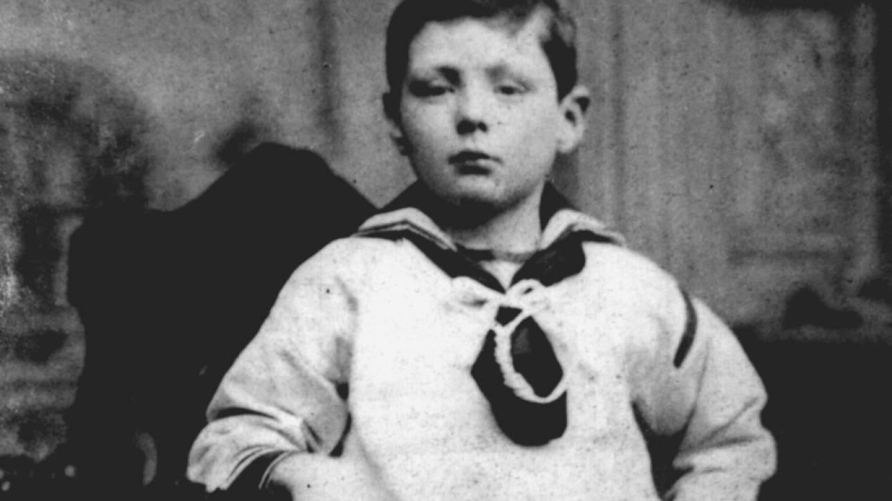 Κακοποιήθηκε μέχρι να αιμορραγήσει: η εφιαλτική παιδική ηλικία του Τσόρτσιλ στο φως