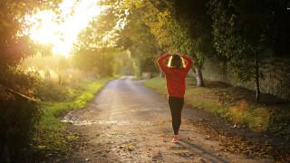 Τι είναι το «ζωηρό» περπάτημα και πώς προστατεύει την υγεία