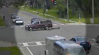 Το μυστήριο με τη γυναίκα που πέφτει από κινούμενο SUV - και η αινιγματική αντίδραση του οδηγού