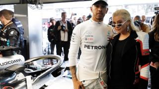 Λιούις Χάμιλτον: από τη Formula 1 στο πλευρό της Αγκιλέρα ως τραγουδιστής