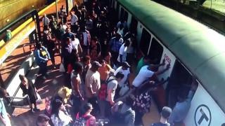 Ισχύς εν τη ενώσει: Επιβάτες σπρώχνουν βαγόνι για να απεγκλωβίσουν τραυματισμένη γυναίκα
