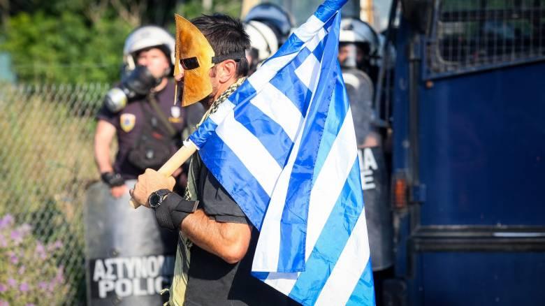 Έξω από τα γραφεία του ΣΥΡΙΖΑ κατέληξε η πορεία κατά της συμφωνίας των Πρεσπών