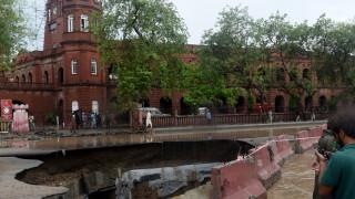 Πελώρια... λακούβα «εμφανίστηκε» σε δρόμο του Πακιστάν