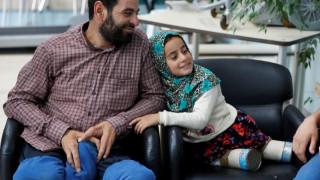 Η συγκινητική ιστορία 8χρονης από τη Συρία που περπατούσε με προσθετικά μέλη από κονσερβοκούτια