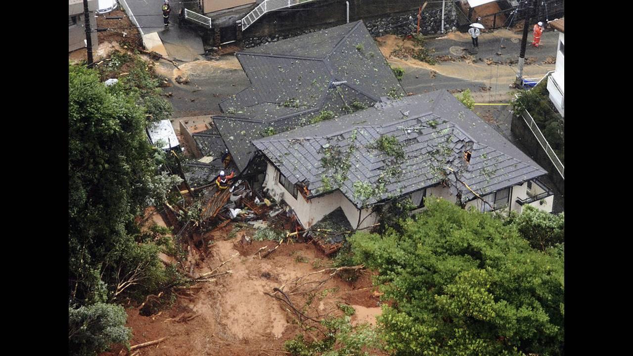 https://cdn.cnngreece.gr/media/news/2018/07/07/137732/photos/snapshot/2018-07-06T091814Z_122264265_RC14DC7AC500_RTRMADP_3_WEATHER-JAPAN.jpg