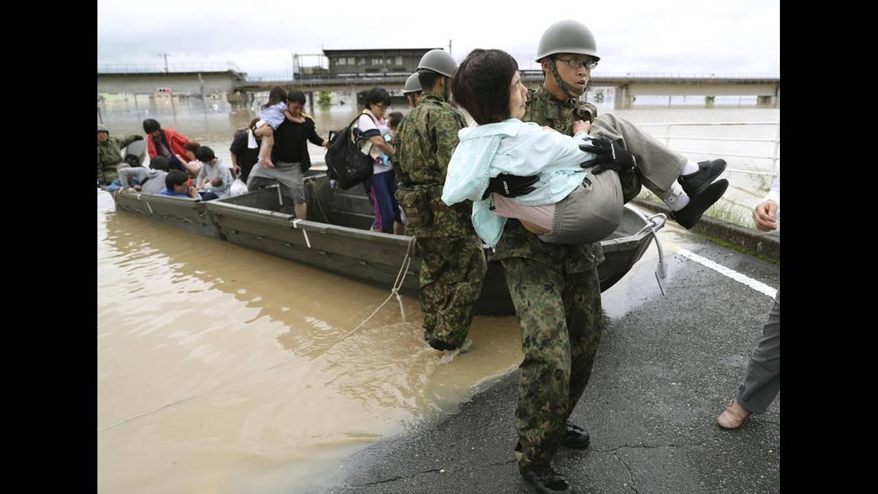 https://cdn.cnngreece.gr/media/news/2018/07/07/137732/photos/snapshot/2018-07-07T040712Z_1093355844_RC1F9F8160B0_RTRMADP_3_WEATHER-JAPAN.jpg