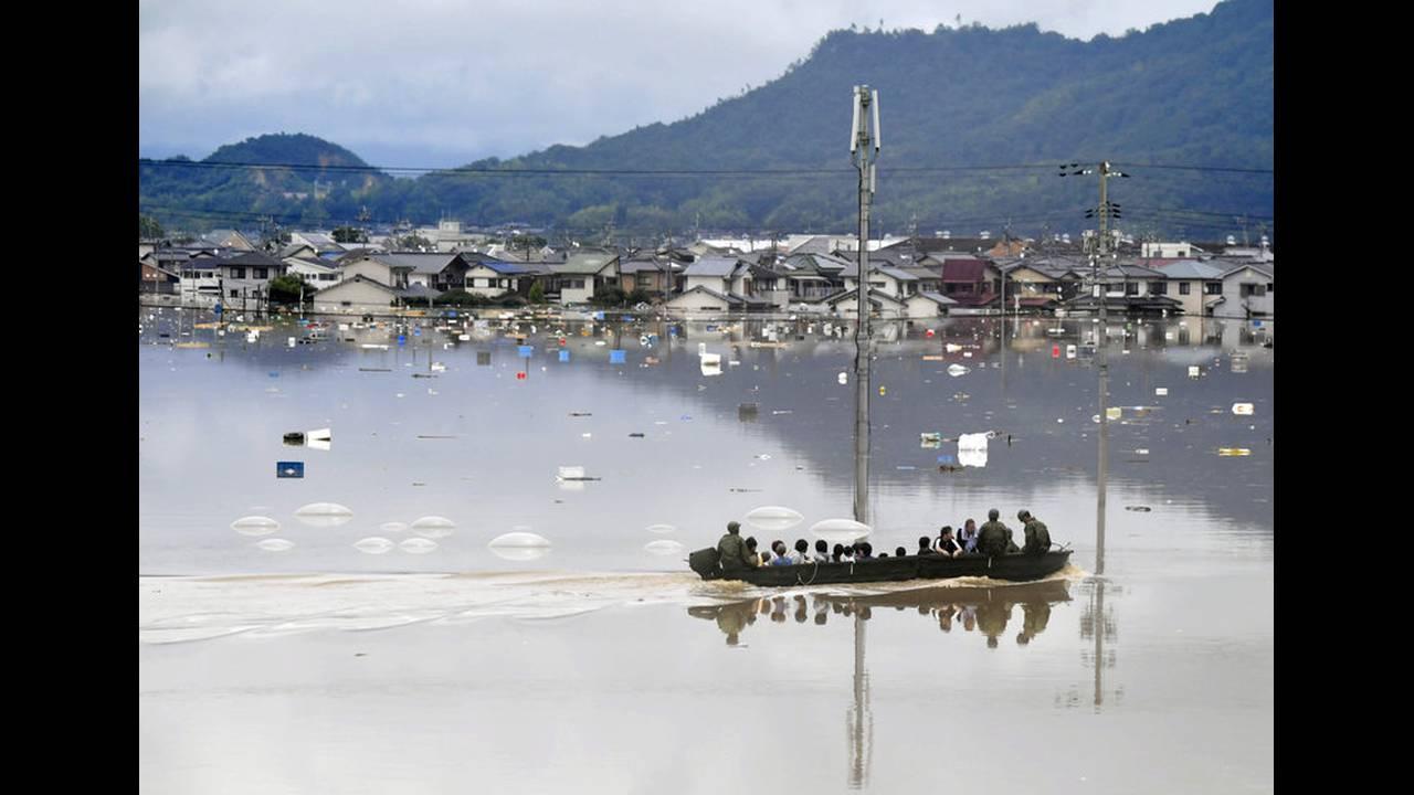 https://cdn.cnngreece.gr/media/news/2018/07/07/137732/photos/snapshot/2018-07-07T045019Z_273454953_RC1128B18220_RTRMADP_3_WEATHER-JAPAN.jpg