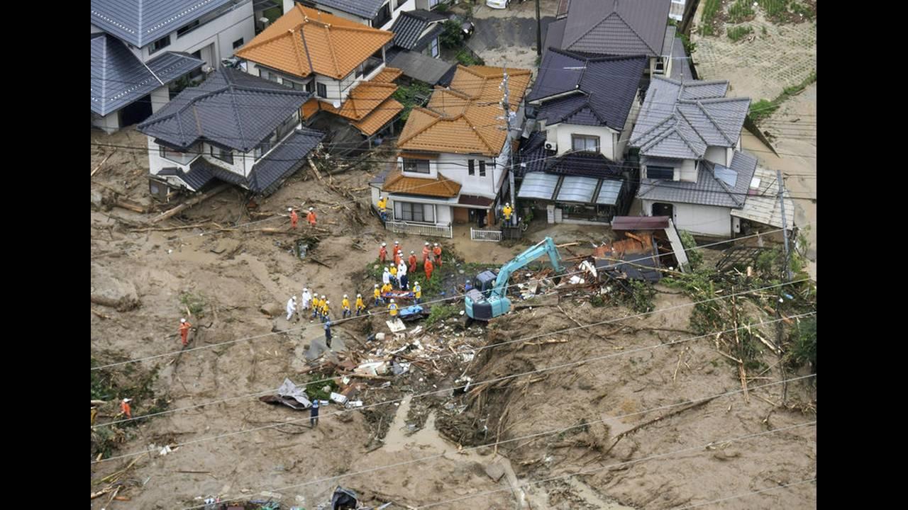 https://cdn.cnngreece.gr/media/news/2018/07/07/137732/photos/snapshot/2018-07-07T045021Z_2090412579_RC1D955609C0_RTRMADP_3_WEATHER-JAPAN-1.jpg