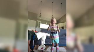 Μία τετράχρονη με εγκεφαλική παράλυση πανηγυρίζει τα πρώτα της βήματα