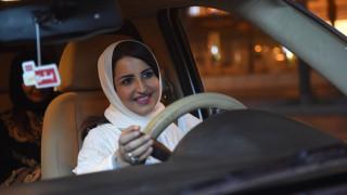 «Οι γυναίκες οδηγούν τη ζωή τους», λέει η πρώτη γυναίκα που έπιασε τιμόνι στη Σ. Αραβία