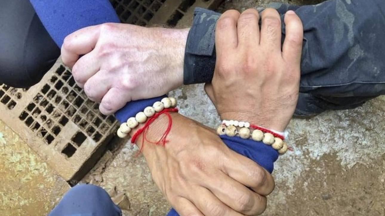 Η ισχύς εν τη ενώσει: Η φωτογραφία των διασωστών πριν την έναρξη της επιχείρησης στην Ταϊλάνδη
