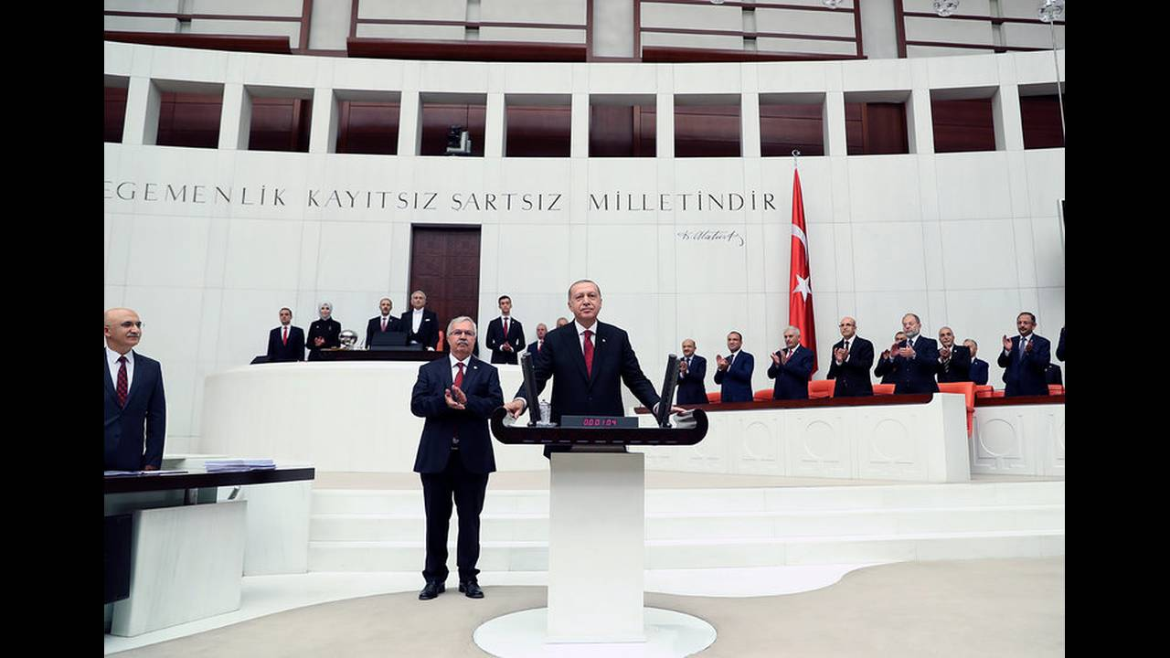 https://cdn.cnngreece.gr/media/news/2018/07/09/137995/photos/snapshot/2018-07-09T142851Z_1465628203_RC163F18AEB0_RTRMADP_3_TURKEY-POLITICS-ERDOGAN.jpg