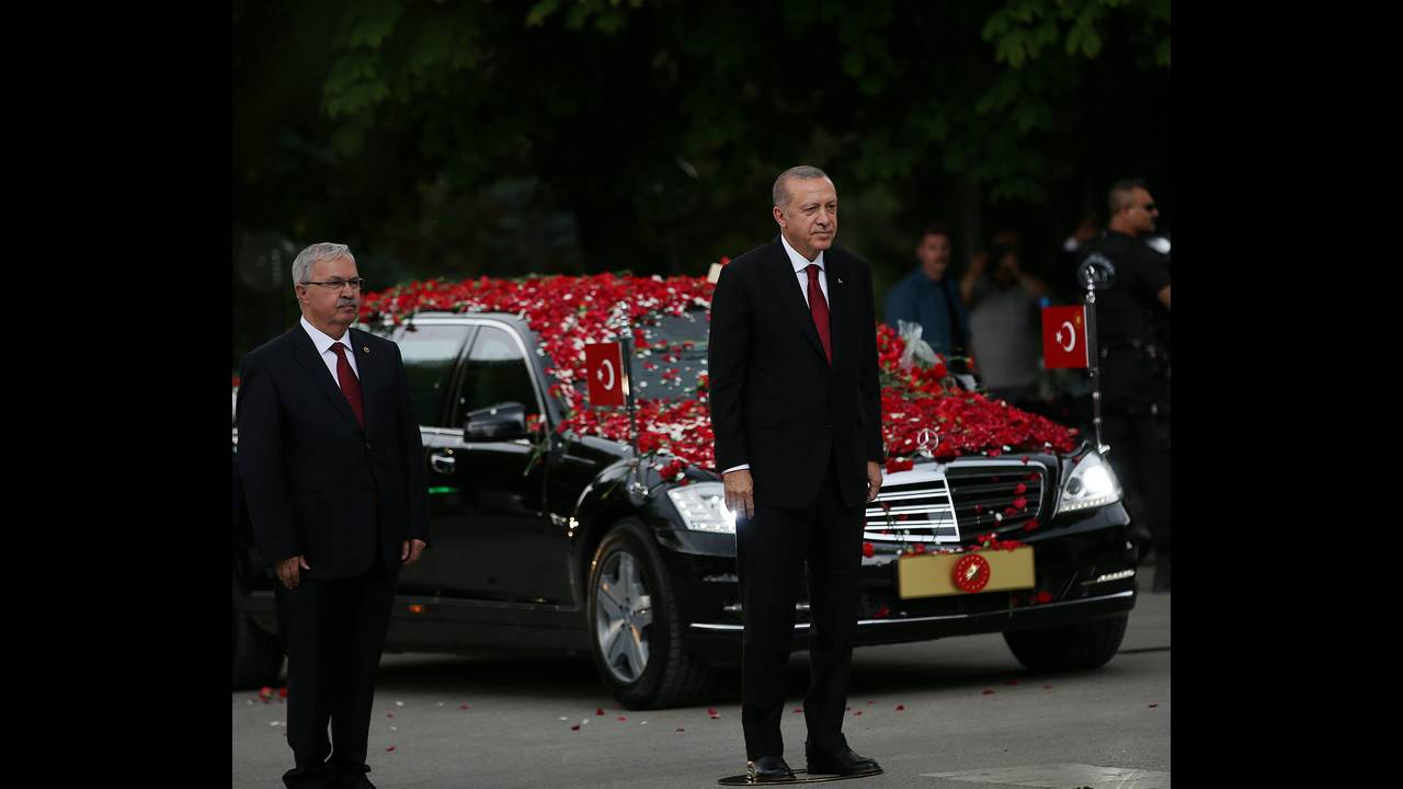 https://cdn.cnngreece.gr/media/news/2018/07/09/137995/photos/snapshot/2018-07-09T143350Z_402088070_RC1E5D80D420_RTRMADP_3_TURKEY-POLITICS-ERDOGAN.JPG