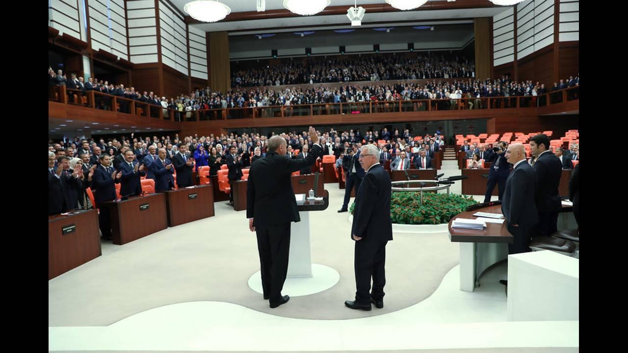https://cdn.cnngreece.gr/media/news/2018/07/09/138035/photos/snapshot/2018-07-09T142903Z_600453069_RC18F44032C0_RTRMADP_3_TURKEY-POLITICS-ERDOGAN.jpg