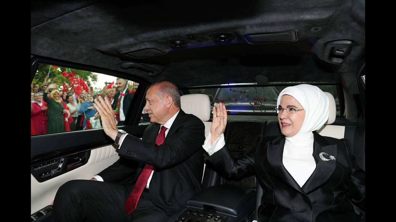 https://cdn.cnngreece.gr/media/news/2018/07/09/138035/photos/snapshot/2018-07-09T143848Z_921340482_RC1D3C5FEFC0_RTRMADP_3_TURKEY-POLITICS-ERDOGAN.JPG