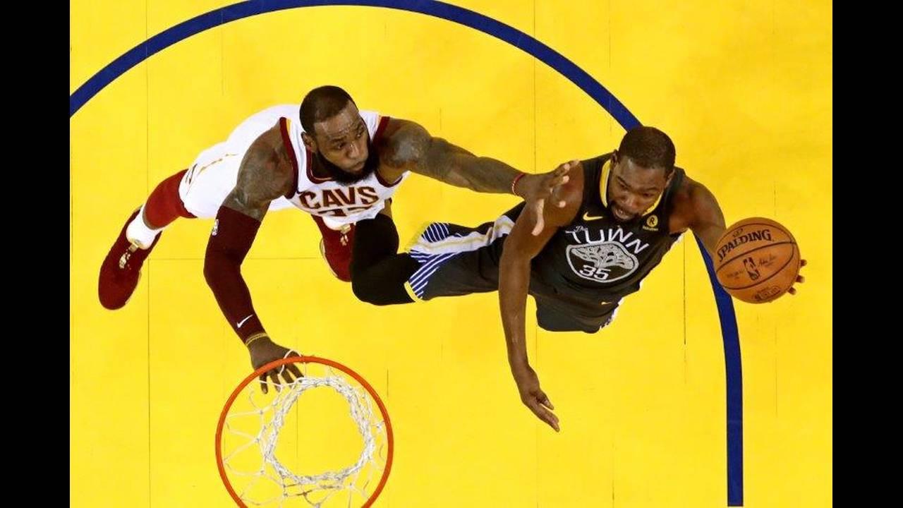 https://cdn.cnngreece.gr/media/news/2018/07/10/138065/photos/snapshot/2018-06-04T034807Z_1401558784_NOCID_RTRMADP_3_NBA-FINALS-CLEVELAND-CAVALIERS-AT-GOLDEN-STATE-WARRIORS.jpg
