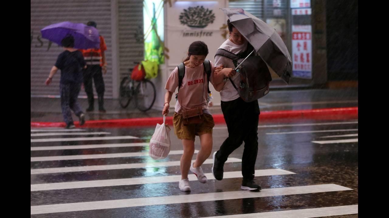 https://cdn.cnngreece.gr/media/news/2018/07/10/138169/photos/snapshot/2018-07-10T145436Z_1761446_RC17F37FF5B0_RTRMADP_3_ASIA-STORM-TAIWAN.JPG