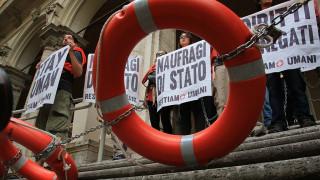 Ιταλία: Ακτιβιστές αλυσοδέθηκαν διαμαρτυρόμενοι για τη μεταναστευτική πολιτική της κυβέρνησης