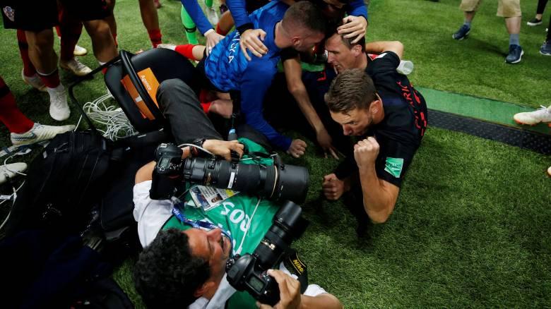 Παγκόσμιο Κύπελλο: Ο φωτογράφος που έπεσε «θύμα» των έξαλλων πανηγυρισμών των Κροατών