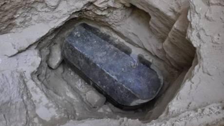 Ανακάλυψη αίνιγμα: Γρανιτένια σαρκοφάγο 2.000 ετών έφερε στο φως η αρχαιολογική σκαπάνη στην Αίγυπτο
