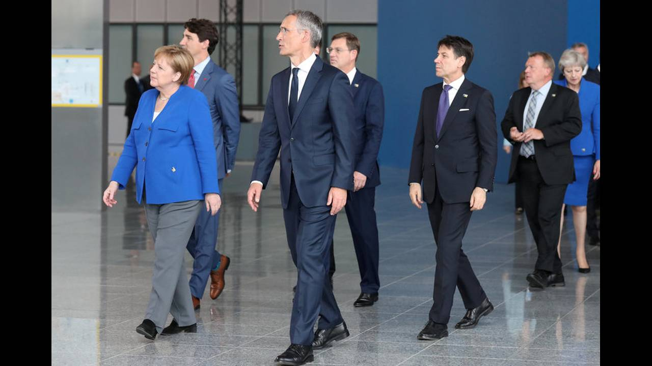 https://cdn.cnngreece.gr/media/news/2018/07/12/138450/photos/snapshot/2018-07-11T162129Z_930368870_RC1603C50D40_RTRMADP_3_NATO-SUMMIT.jpg