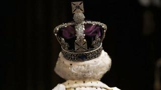 Υπόκλιση, προσφώνηση, δώρο; Τα «πρέπει» και τα «μη» μιας συνάντησης με τη Βασίλισσα