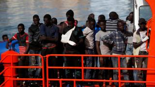 Πλοιάριο με 450 μετανάστες αναζητεί λιμάνι στη Μεσόγειο