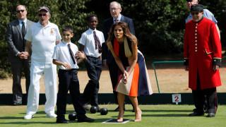 Η Μελάνια Τραμπ έπαιξε πετάνκ με παιδιά και βετεράνους στο Λονδίνο