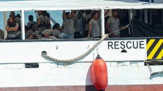 Με πλοίο της Frontex μεταφέρονται στην Ιταλία 450 διασωθέντες μετανάστες