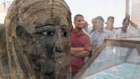 Αίγυπτος: Αρχαιοελληνικής τεχνοτροπίας η επιχρυσωμένη μάσκα μούμιας που βρέθηκε στην Σακκάρα