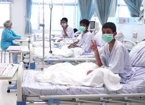 Μια φωτογραφία που έχει διατεθεί από το τμήμα δημοσίων σχέσεων της Ταϊλάνδης (PRD) δείχνει τις πρώτες φωτογραφίες των παιδιών μιας ομάδας ποδοσφαίρου νέων μετά τη διάσωση από το σπήλαιο όπου είχαν εγκλωβιστεί, στο νοσοκομείο στην επαρχία Chiang Rai της Τα
