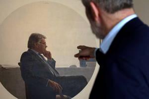 Ο Ισπανός καλλιτέχνης Hernan Cortes δείχνει ένα από τα έργα του που απεικονίζουν τον πρώην Ισπανό πρωθυπουργό Φελίπε Γκονζάλες, κατά την παρουσίαση της έκθεσής του με τίτλο «Κόρτες Πορτραίτο και δομή» στο Ίδρυμα Telefonica στη Μαδρίτη, Ισπανία, 11 Ιουλίου