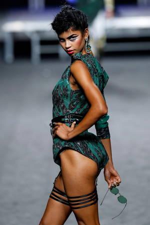 Ένα μοντέλο παρουσιάζει μια δημιουργία της Ισπανίδας σχεδιάστριας Ana Locking στην 68η εβδομάδα μόδας της Mercedes-Benz Madrid άνοιξη-καλοκαίρι 2019 στη Μαδρίτη της Ισπανίας στις 10 Ιουλίου 2018.