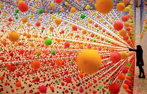 Η καλλιτέχνης από την Αυστραλία Νίκι Σάββα διορθώνει ένα κομμάτι στην εγκατάσταση ενός έργου τέχνης αποτελούμενο από πάνω από 50.000 σφαίρες από πολυστερίνη, με τίτλο «Ατομική: γεμάτη αγάπη, γεμάτη θαύματα» στην Γκαλερί τέχνης New South της Ουαλίας στο Σί