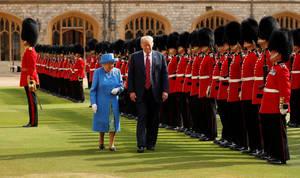 Ο Πρόεδρος των Ηνωμένων Πολιτειών Ντόναλντ Τράμπ και η βασίλισσα Ελισάβετ της Βρετανίας επιθεωρούν τους φρουρούς κόλντστριμ κατά τη διάρκεια επίσκεψης στο κάστρο του Windsor στη Βρετανία, 13 Ιουλίου 2018.