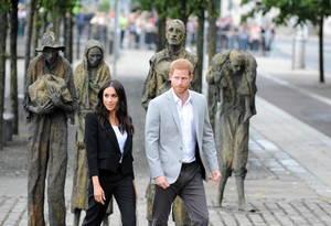 Ο Βρετανός πρίγκιπας και δούκας του Sussex Χάρι και η σύζυγός του, δούκισσα του Sussex Meghan, επισκέπτονται το ιρλανδικό μνημείο λιμού στο Δουβλίνο, 11 Ιουλίου 2018.