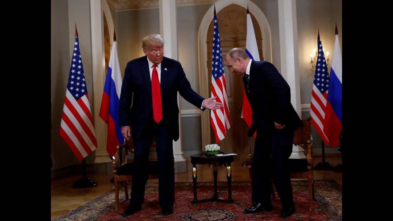 https://cdn.cnngreece.gr/media/news/2018/07/16/138900/photos/snapshot/2018-07-16T111116Z_1447139964_RC14AADDB8B0_RTRMADP_3_USA-RUSSIA-SUMMIT.jpg