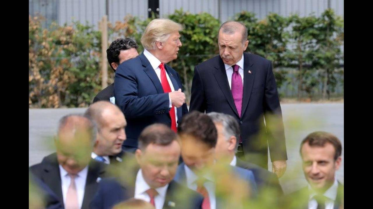 https://cdn.cnngreece.gr/media/news/2018/07/16/138901/photos/snapshot/2018-07-11T140814Z_1073043166_RC143A594960_RTRMADP_3_NATO-SUMMIT.jpg