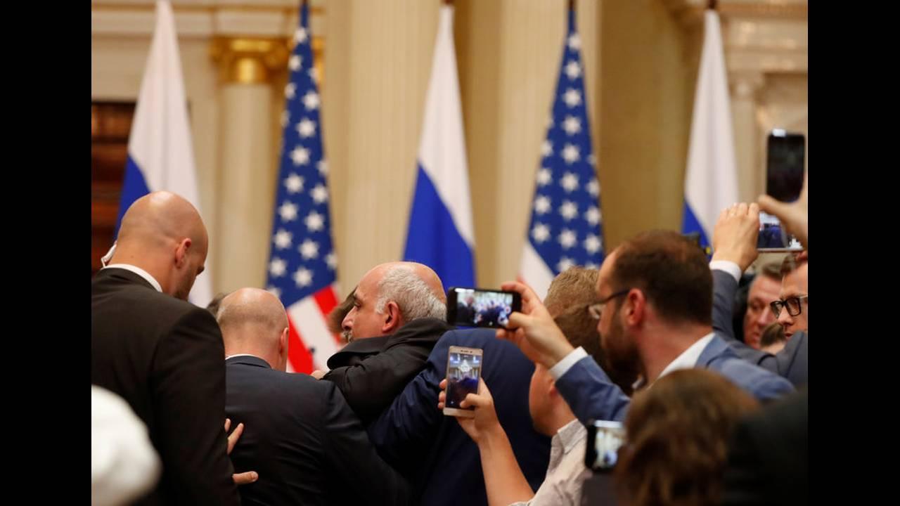 https://cdn.cnngreece.gr/media/news/2018/07/16/138957/photos/snapshot/2018-07-16T150933Z_1988794158_RC1753C6E480_RTRMADP_3_USA-RUSSIA-SUMMIT.jpg