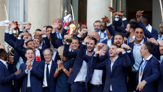 Έφτασε «σπίτι» του το τρόπαιο του Μουντιάλ - Ξέφρενοι πανηγυρισμοί στη Γαλλία