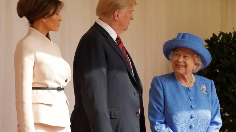 Θεωρία συνωμοσίας: έκανε η Ελισάβετ αντιπολίτευση στον Τραμπ φορώντας καρφίτσες;