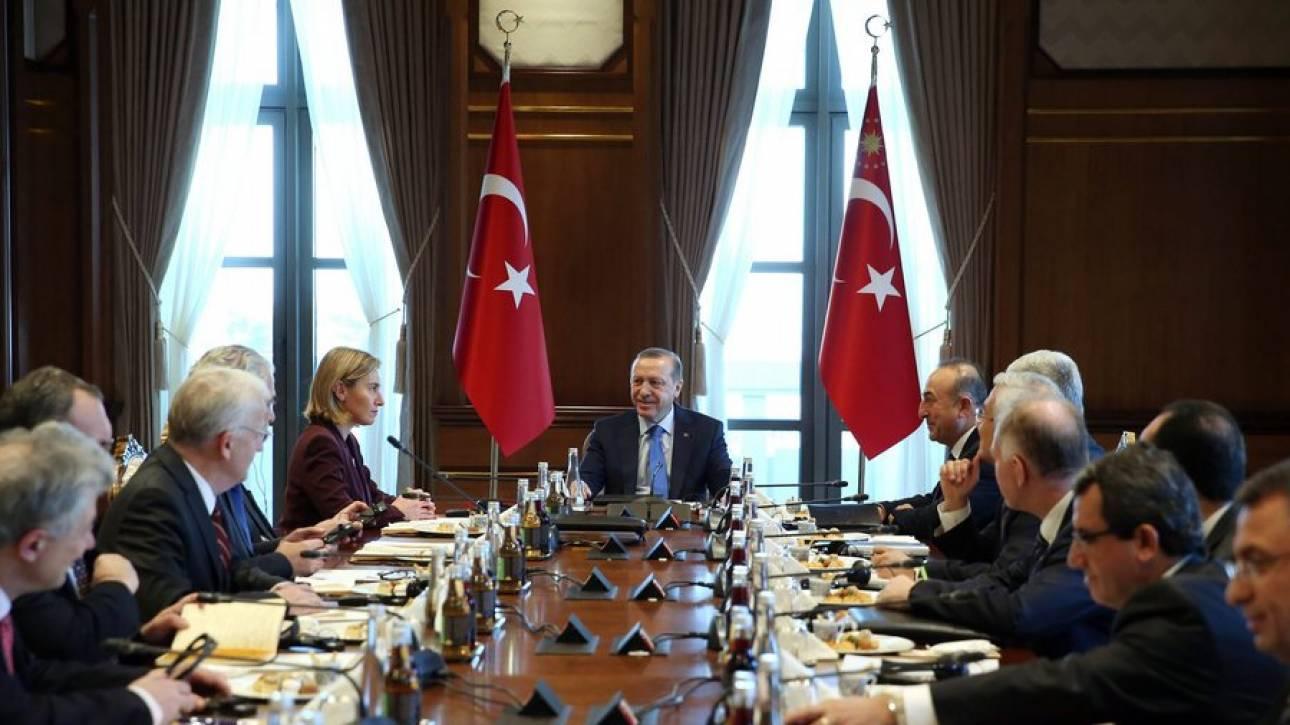 ΕΕ: Βήμα προς τη σωστή κατεύθυνση η άρση της κατάστασης έκτακτης ανάγκης στην Τουρκία