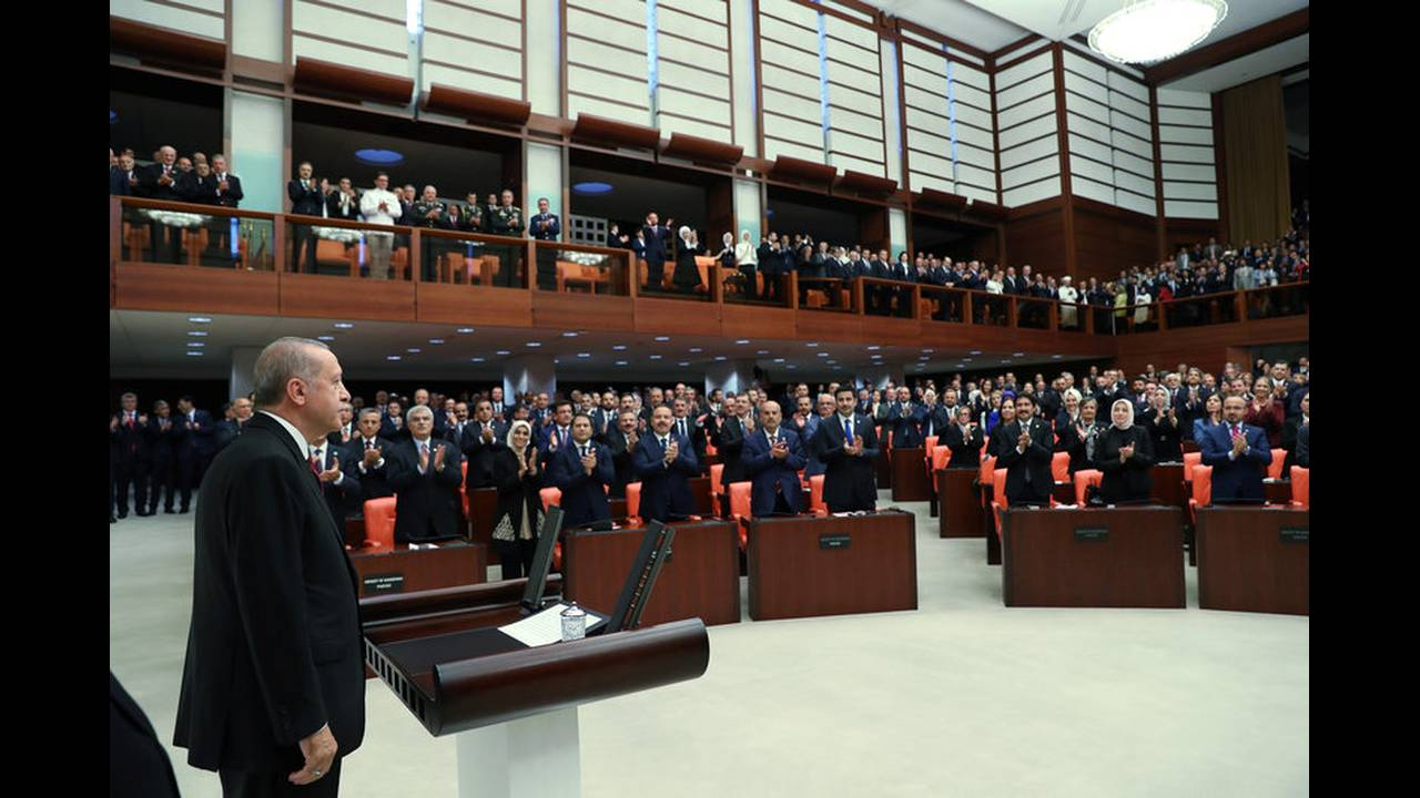 https://cdn.cnngreece.gr/media/news/2018/07/19/139354/photos/snapshot/2018-07-09T143057Z_1004370703_RC1AA4EF6400_RTRMADP_3_TURKEY-POLITICS-ERDOGAN.jpg