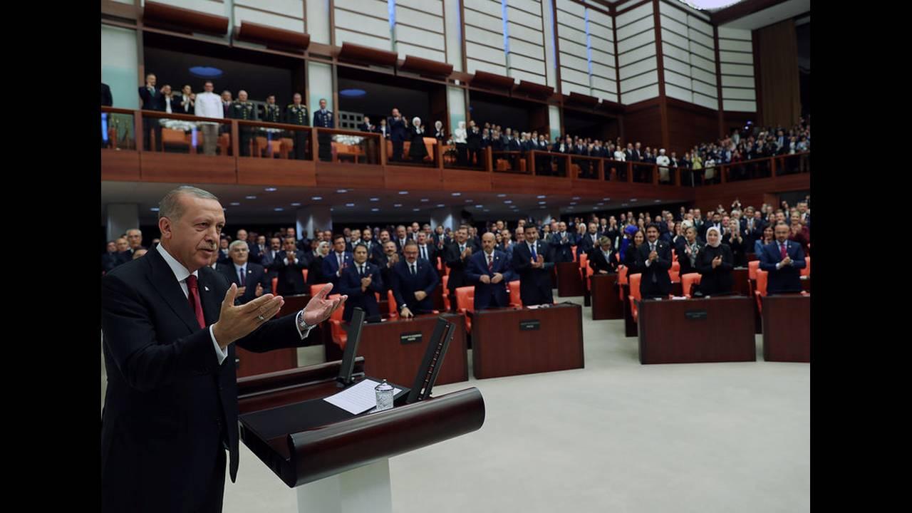 https://cdn.cnngreece.gr/media/news/2018/07/19/139354/photos/snapshot/2018-07-09T143058Z_799362597_RC1C7D552EB0_RTRMADP_3_TURKEY-POLITICS-ERDOGAN.jpg