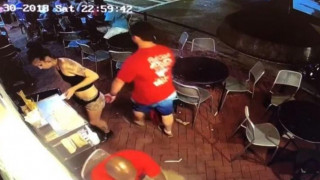 Σερβιτόρα ξεμπροστιάζει τον άνδρα που την παρενόχλησε και αποθεώνεται από τα social media