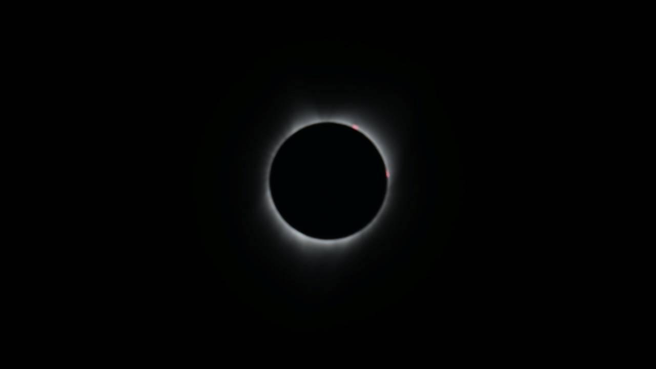 https://cdn.cnngreece.gr/media/news/2018/07/23/139754/photos/snapshot/2017-08-21T172419Z_1372913690_RC1E08B02D80_RTRMADP_3_SOLAR-ECLIPSE-USA.JPG