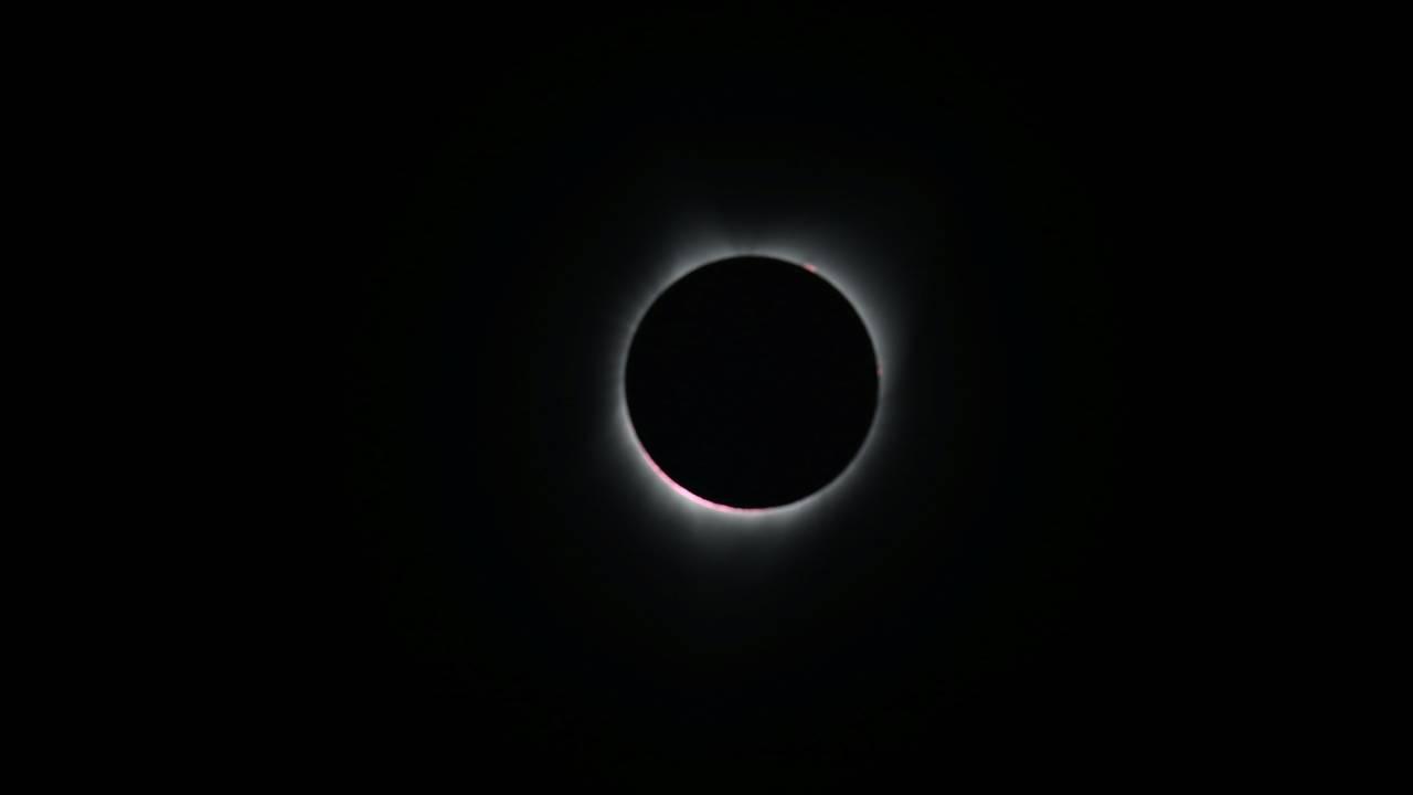 https://cdn.cnngreece.gr/media/news/2018/07/23/139754/photos/snapshot/2017-08-21T172420Z_955243603_RC128063A730_RTRMADP_3_SOLAR-ECLIPSE-USA.JPG