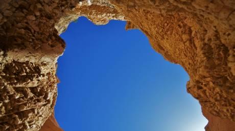 Η μαγεία των ελληνικών νησιών μέσα από σπηλιές που «κόβουν την ανάσα»