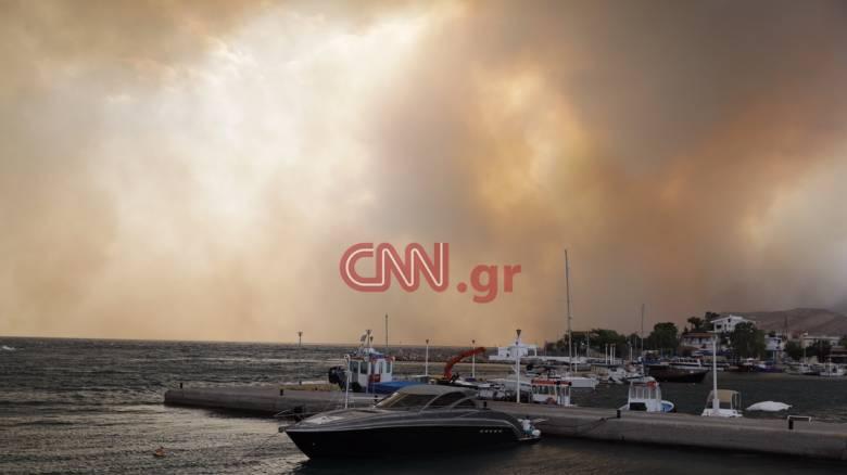Φωτιά Κινέτα: Στη θάλασσα έφτασαν οι φλόγες